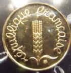 Photo numismatique  Monnaies Monnaies Françaises Cinquième république 1 Centime Epis en or 1 centime en or 2001, BU avec ecrin, or 750°/°°, 2,50 grms