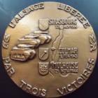Photo numismatique  Monnaies Monnaies/medailles d'Alsace 2 ème guerre mondiale Médaille bronze ALSACE, Médaille en bronze de 67 mm, l'Alsace liberée par trois victoires, signé Georges GUIRAUD, refrappe de 1983, FDC