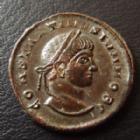 Photo numismatique  Monnaies Empire Romain CONSTANTIN II, CONSTANTINUS II, CONSTANTINO II Follis, folles,  CONSTANTIN II César, CONSTANTINUS II Caesar, follis Siscia,19 mm, 2,82 grms, RIC 163, grosses mèches sur le front, faiblesse légende avers sinon P.SUP