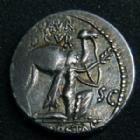 Photo numismatique  Monnaies République Romaine Aemilia 58 avant Jc Denier, denar, denario, denarius M.AEMILIUS SCAURUS et Pub. PLAUTIUS HYSAEUS, denier Rome en 58 av.JC, Aretas agenouillé, Quadrige, 3,67 Grms SYD.913  TTB