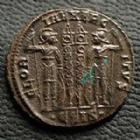 Photo numismatique  Monnaies Empire Romain CONSTANTIN II, CONSTANTINUS II, CONSTANTINO II Follis, folles,  CONSTANTIN II César, CONSTANTINUS II Caesar, follis Siscia en 334-335, Gloria Exercitus .ESIS., 17-18 mm, 2,28 grms, RIC.236 SUPERBE+/SUPERBE