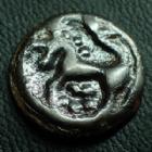 Photo numismatique  Monnaies Monnaies Gauloises Senones, Senons Potin SENONES, SENONS, région de Sens, Potin, tête casquée, cheval à gauche, globules, 3,09 grms, Gaumann 86 TTB