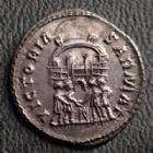 Photo numismatique  Monnaies Empire Romain MAXIMIEN HERCULE, MAXIMIANUS, MAXIMIAN, MAXIMIANO, HERCULUS Argenteus, argentei MAXIMIANUS Herculius, MAXIMIEN Hercule, argenteus Ticinium en 295, VICTORIA SARMAT, 2,86 grms, RIC.16b petite felûre sinon SUPERBE à FDC