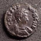 Photo numismatique  Monnaies Empire Romain CRISPUS, CRISPE, CRISPO Follis, folles,  CRISPUS, faux d'époque, imitation, frappe barbares, barbaric, follis deux victoires tenant un bouclier, 16 mm, 2,40 grms, TTB+/ TTB Beau style !