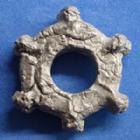Photo numismatique  Monnaies Monnaies Gauloises Rouelle, Fusaiolle, Radgeld, Ring Rouelle ou fusaïole à 6 cabochons Rouelle en plomb ou fusaïole à 6 cabochons, 25 mm, 11,85 grms TB à TTB