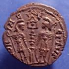Photo numismatique  Monnaies Empire Romain CONSTANS Nummus, Kleine bronze, nummi CONSTANS, Nummus atelier indéterminé vers 333-350, Glolria exercitus à une enseigne, 14mm, 1,51 grms, TTB +