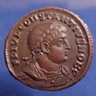 Photo numismatique  Monnaies Empire Romain Constantius II, Constance II Follis ou Nummus CONSTANTIUS II Caesar, CONSTANCE II César, follis ou nummus Antioch en 330-335, Gloria Exercitus, 17mm, 2,36g, RIC 88 SPL