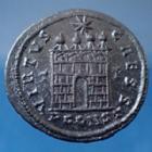 Photo numismatique  Monnaies Empire Romain Constantinus II, Constantin II, Constantine II Follis ou Nummus CONSTANTINUS II , CONSTANTIN II nummus Arles (arelate) en 328, VIRTUS CAESS, 20mm, 3,07 grms, RIC.322, Fer.705 SUP