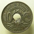 Photo numismatique  Monnaies Monnaies Françaises Troisième République 10 Centimes 10 centimes Lindauer, trou mal perforé !! 1917, G.286 variété! TTB R!
