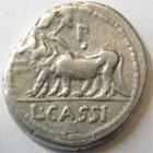 Photo numismatique  Monnaies République Romaine Cassia 102 av Jc Denier, denar, denario, denarius L.CASSIUS CAECIANUS, Denier 102 avant Jc, Bœufs à gauche, 3.87 grammes, RSC.Cassia 4 TB à TTB
