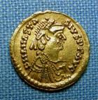 Photo numismatique  Monnaies Peuples Barbares Ostrogoth Tremissis OSTROGOTH, THEODORIC, 491.526, trémissis au nom d'Anastase Ier, petit coup sur le portrait, Grierson 115, MIB 10, R!Rare! TTB+